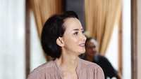 <p>Dengan kecantikan dan penampilannya yang awet muda tersebut, tak jarang wanita berdarah Indonesia-Republik Ceko ini banjir pujian dari <em>netizen.</em> (Foto: Instagram @karina.suwandi81)</p>