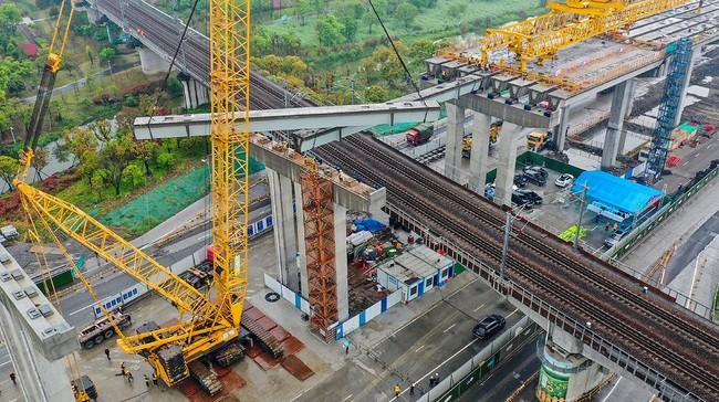 Ekonomi China yang sempat tertekan corona setahun belakangan ini mulai bangkit dan bahkan melesat ke level 18,3 persen di kuartal I 2021. Berikut gambarannya.