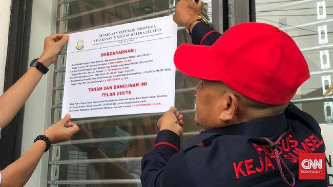 Penyidik Kejati Sumsel menyita tujuh unit ruko milik Ketum Panitia Pembangunan Masjid Sriwijaya yang sebelumnya jabat Kadis PUCK di masa gubernur Alex Noerdin.