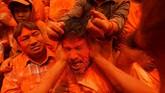 Dalam Festival Sindur Jatra, pengunjung saling melemparkan bubuk berwarna merah dengan harapan nasib baik dan berkah di tahun baru.