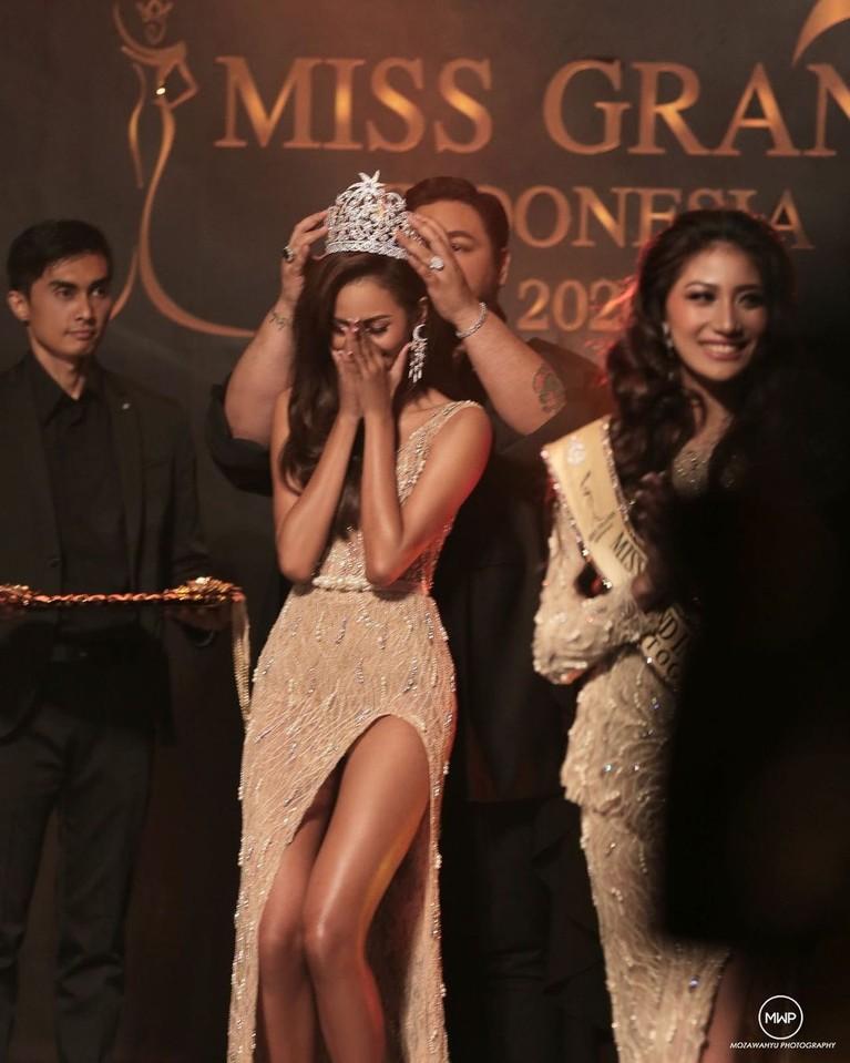 Prestasi Aurra Kharishma di ajang Miss Grand International 2020 membuat Ivan Gunawan selaku pimpinan dari Yayasan Dunia Mega Bintang yang menaungi Miss Grand Indonesia 2020 menjadi bangga. Yuk kita lihat keakraban mereka berdua!
