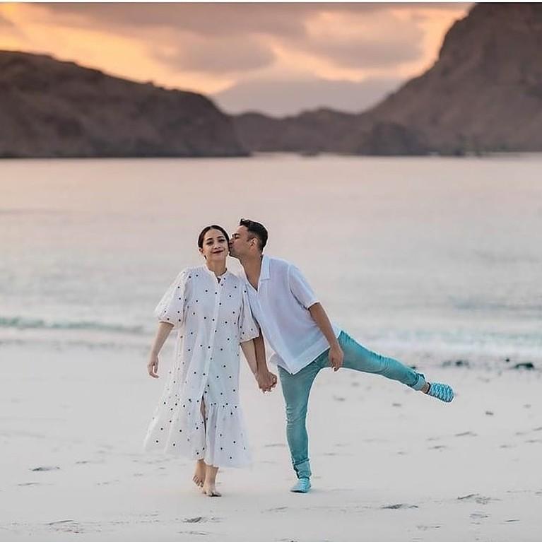 Selamat untuk pasangan Raffi Ahmad dan Nagita Slavina yang positif hamil anak kedua. Intip lagi yuk kemesraan keduanya!
