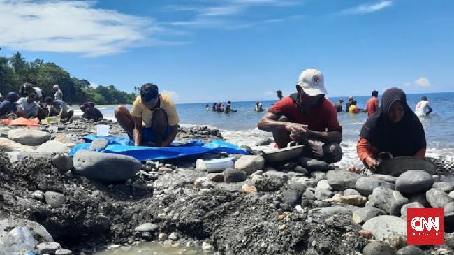Wakil Bupati Maluku Tengah mengungkapkan dugaan air raksa digunakan di tambang emas warga di pesisir pantai Pohon Batu, Desa Tamilouw, Kecamatan Amahai.