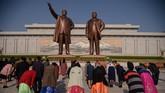 Warga Korea Utara memperingati hari kelahiran pendiri bangsa Kim Il Sung pada Kamis (15/4).