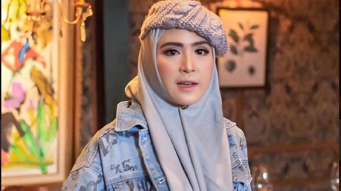 6 Inspirasi Gaya Hijab April Jasmine yang Cantik dan Hits