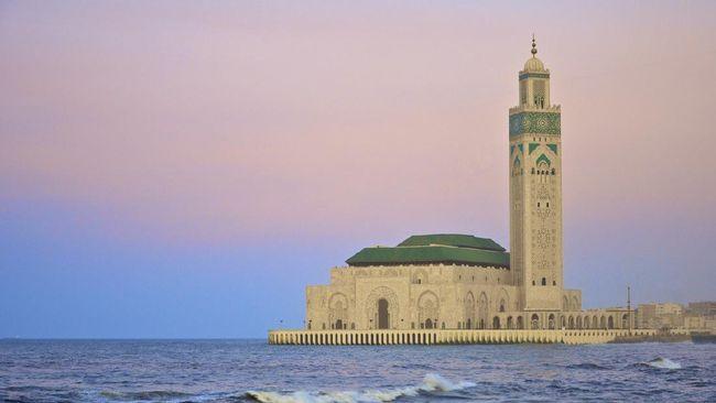 Masjid Hasan II memiliki menara juga berfungsi sebagai mercusuar di tepi Samudra Atlantik.