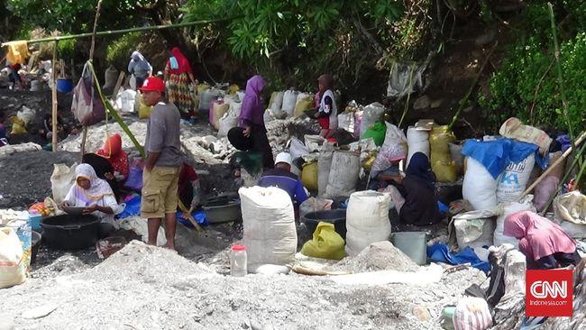 Warga Maluku Tengah mengaku terpaksa pakai cairan raksa untuk memisahkan butiran emas yang tercampur dengan butiran pasir.