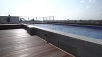 <p>Rumah ini dibangun dalam waktu kurang lebih dua tahun, Bunda. Lengkap dengan <em>rooftop</em> dan kolam renang, kediaman pasangan selebriti ini bisa dibilang sebagai rumah impian ya, Bunda. (Foto: YouTube: The Sungkar Family)</p>