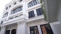 <p>Rumah Zaskia Sungkar dan Irwansyah sudah memiliki kesan mewah dari tampak depan lho, Bunda. Dari luar, bangunan berlantai empat tersebut di dominasi oleh warna putih. (Foto: YouTube: The Sungkar Family)</p>