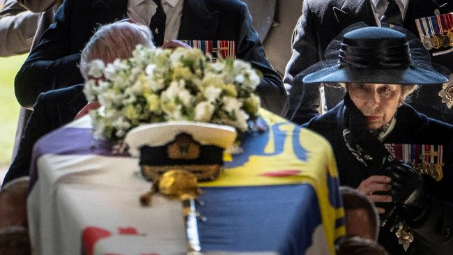Ratu Elizabeth menyampaikan salam terakhir kepada Pangeran Philip yang sudah mendampingi hampir 7 dekade saat pemakaman.