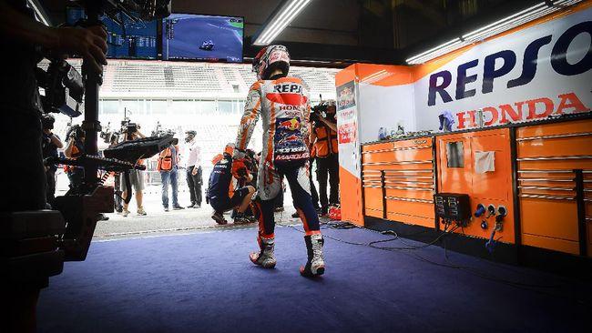 Pembalap Honda Marc Marquez menangis usai finis ketujuh di MotoGP Portugal 2021 di Sirkuit Algarve, Minggu (18/4).