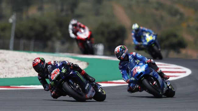 Fabio Quartararo meraih kemenangan MotoGP Portugal 2021 dengan mengalahkan Francesco 'Pecco' Bagnaia pada balapan yang diwarnai banjir kecelakaan.