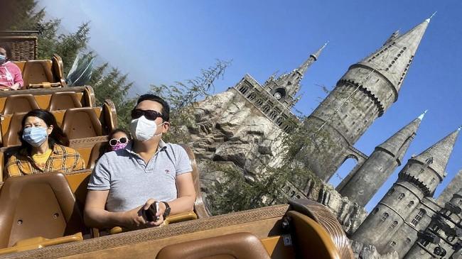 Sejak dibuka kembali 1 April lalu, wahana The Wizarding World of Harry Potter jadi lokasi favorit di Universal Studios Hollywood, California, AS.