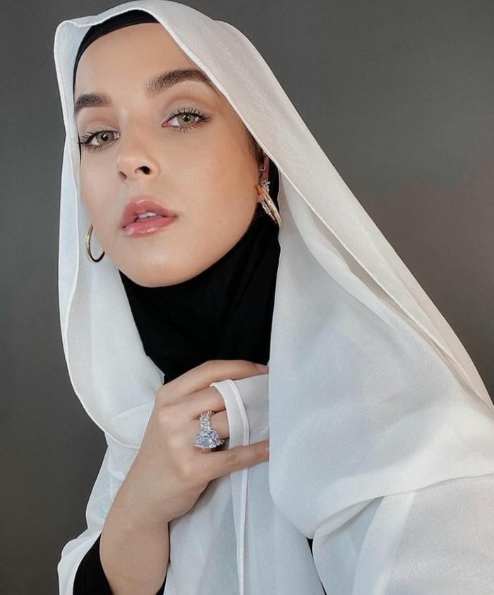 Inspirasi makeup flawless ala Tasya Farasya ini cocok untuk kamu yang ingin tampil chic meskipun menggunakan complexion yang natural dan pulasan eyeshadow tipis serta glossy lipstick. (Foto: Tasya Farasya/instagram.com/tasyafarasya)