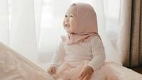 <p>Gadis kecil ini tumbuh dengan sehat, aktif, dan makin menggemaskan dengan balutan hijab yang dipakaikan padanya. (Foto: Instagram @dianpelangi)</p>