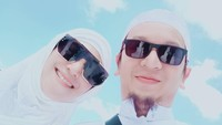 <p>Inka Christie dan Ogi tak pernah lupa mengabadikan potret kekompakan mereka. Contohnya ketika melakukan selfie di Tanah Suci. Mereka kompak memakai kacamata hitam yang <em>trendy,</em> Bunda (Foto: Instagram @inka_christie99).</p>