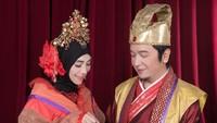 <p>Mereka juga sempat melakukan sesi foto <em>prewedding</em> bertema oriental. Keduanya tampil serasi dalam balutan baju khas kerajaan, lengkap dengan aksesori headpiece (Foto: Instagram @inka_christie99).</p>