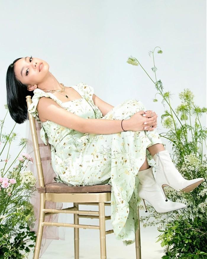 Boot heels putih seolah menjadi andalan bagi gaya Naura yang cocok dipadukan dengan segala dress. Kali ini dress floral panjang tetap tampak manis meski berukuran panjang/Sumber/Instagram/naura.ayu.