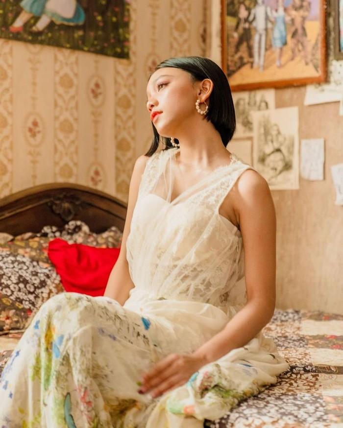 Dress klasik dengan paduan kain lace bagian atas menampilkan sisi anggun bagi Naura. Dress koleksi rancangan Pamela Usanto ini tampak cocok untuk tampilan remaja seperti Naura/Sumber/Instagram/naura.ayu.