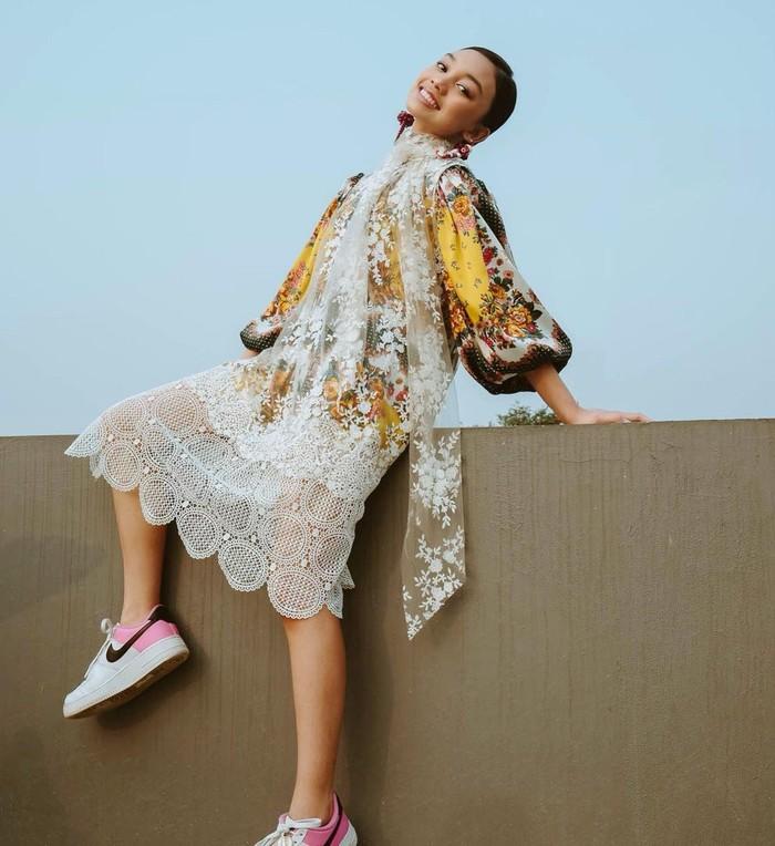 Dress floral ditambah model lengan baloon dan lapisan kain lace membuat gaya klasik tak kuno saat dipakai remaja seperti Naura. Dia tampak anggun dengan tambahan anting dan model rambut yang sederhana/Sumber/Instagram/naura.ayu.