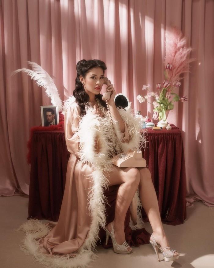 Pelantun Kutukan Cinta ini tampil anggun dengan gaya yang terinspirasi dari glam Ostrich feather robe karya desainer Pamela Usanto. Gaya yang dipakai kali ini menggambarkan fesyen era 1940an/Sumber/Instagram/@pamelausanto.