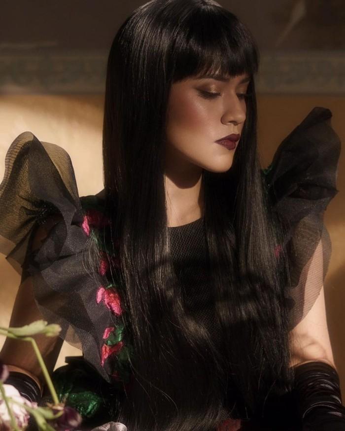 Raisa juga tampil dark untuk video musik Kutukan Cinta. Dia mengusung witch look dengan baju rancangan Sebastian Gunawan serba berwarna hitam, lengkap dengan make up yang dark dari Bubah Alfian/Sumber/Instagram/@bubahalfian.