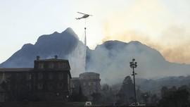 FOTO: Si Jago Merah Lalap Bangunan Bersejarah Afrika Selatan