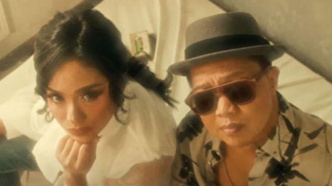 Lagu Hanya Memuji pertama kali populer kala dinyanyikan Shanty dan Marcell pada tahun 2000. Kini, Krisdayanti dan Shandy Sondoro menyanyikannya ulang.