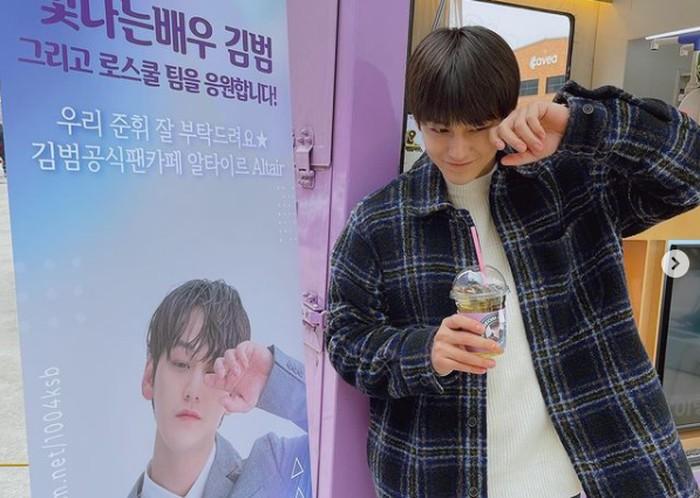 Sayang sama fans, Kim Bum paling hobi berpose gemas di depan food truck kiriman penggemarnya / foto: instagram.com/k.kbeom