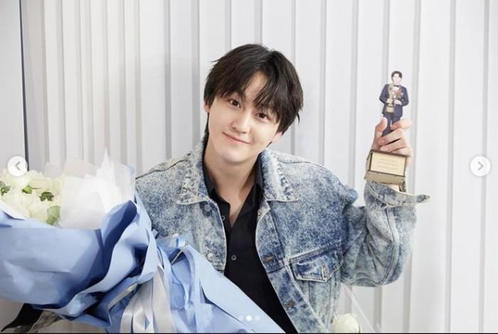 Baru-baru ini Kim Bum merayakan 15 tahun debutnya sebagai aktor. Lihat, masih imut banget kan, om-om umur 30 tahunan ini? / foto: instagram.com/k.kbeom