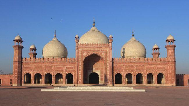 Selama 313 tahun, Masjid Badshahi di kota Lahore, Pakistan, merupakan masjid yang terbesar di dunia.