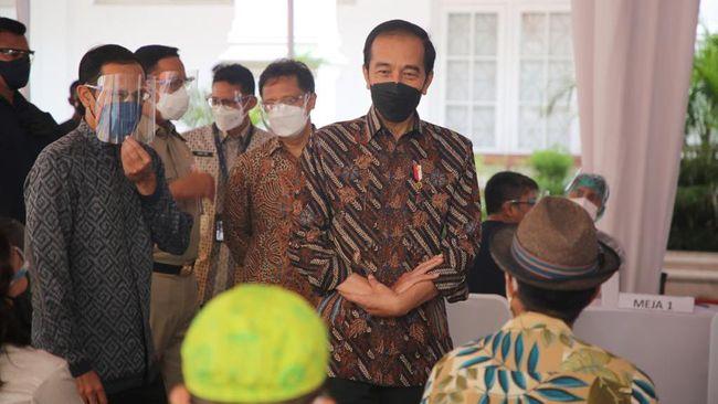 Presiden Jokowi meninjau vaksinasi kepada para seniman dan budayawan didampingi Mendikbud, Menkes, serta Menteri Pariwisata dan Ekonomi Kreatif.