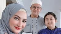 <p>Ketika merayakan Idul Fitri, Natalie Sarah juga tidak lupa mengabadikan potret kompak bersama keluarga. Ia juga turut memasukkan sang putri, Nadiva Maureen melalui panggilan <em>video call</em> karena sedang berada di Bandung (Foto: Instagram @natalie_sarahs).</p>