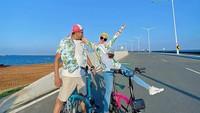 <p>Bak ABG, Natalie Sarah dan Abdullah juga gemar tampil kompak memakai <em>outfit</em> kekinian. Mereka terlihat serasi dengan busana <em>colorful</em> ketika menekuni hobi bersepeda (Foto: Instagram @natalie_sarahs).</p>