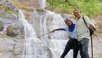 <p>Natalie Sarah dan suami juga kerap berpetualang. Mereka hobi berlibur ke alam bebas. Tengok saja potret mereka keitika berpose di air terjun (Foto: Instagram @natalie_sarahs).</p>