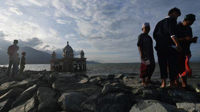 Pantai Talise yang sempat diterjang tsunami pada tahun 2018 kini telah menjadi destinasi ngabuburit yang populer.