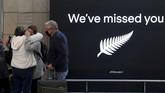Ratusan warga memenuhi bandara Selandia Baru dan Australia ketika 'travel bubble' antara kedua negara resmi diberlakukan pada hari ini, Senin (19/4).