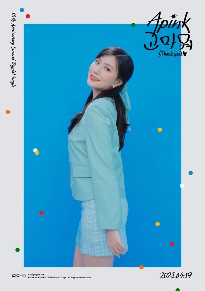 Seperti halnya dengan para eonienya, member termuda yakni Hayoung juga tampil segar dengan blazzer biru dan rok warna senada. Visualnya yang mempesona sangatlah pas dengan konsep kali ini! (Foto : Twitter.com/Apink_2011)