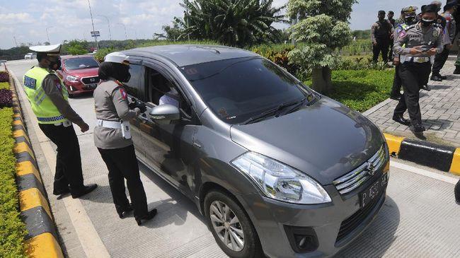 Jalan Tol Jakarta-Cikampek masih normal sehari jelang larangan mudik lebaran 2021, sementera itu Stasiun Gambir, Jakarta Pusat sepi penumpang.