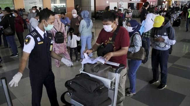 Jumlah penumpang moda transportasi darat, laut, dan udara mengalami lonjakan drastis seiring kebijakan pemerintah melarang mudik lebaran pada 6-17 Mei 2021.