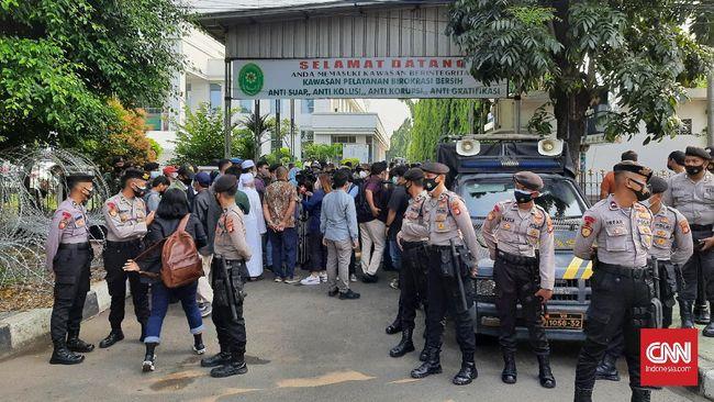Berdasarkan pantauan, meskipun tak boleh masuk ke kompleks pengadilan, beberapa simpatisan terlihat masih mendatangi area sekitar PN Jaktim hari ini.