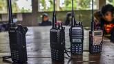 Di saat siswa lain mengandalkan telepon pintar untuk belajar jarak jauh, siswa madrasah di Ciamis menggunakan handy talkie untuk belajar di masa pandemi.