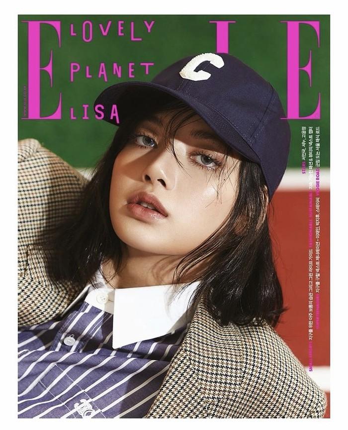 Pemotretan terbarunya juga menunjukkan sisi Lisa yang tomboy dengan striped shirt, blazer, dan ball cap. Foto: instagram.com/lalalalisa_m/