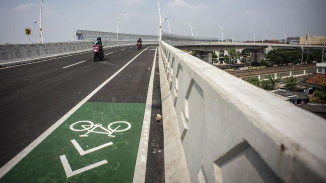 Flyover Cakung yang sedang diujicoba pada 19-21 April dilengkapi jalur sepeda di sisi kiri, dengan penanda cat putih memanjang.
