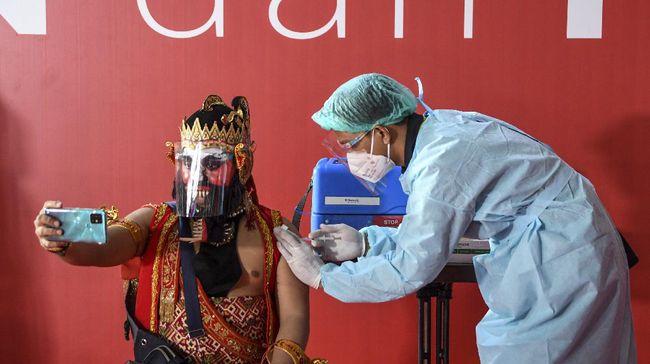 Vaksinasi pekerja seni sudah termasuk dalam perhitungan 17 juta pekerja publik yang menjadi sasaran vaksinasi tahap kedua oleh pemerintah.