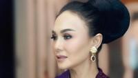 <p>Kecantikan Yuni Shara semakin meningkat ketika tampil dalam balutan kebaya. Artis kelahiran Batu, Jawa Timur, ini memancarkan aura yang semakin anggun. Apalagi dengan riasan rambut sanggul nan elegan. (Foto: Instagram @yunishara36).</p>