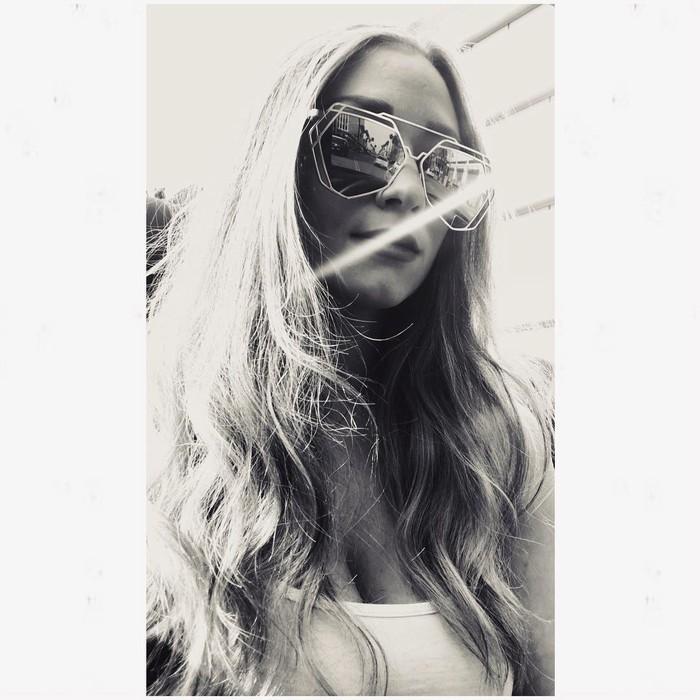 Wanita yang gemar menggunakan kacamata ini ternyata juga memiliki hobi travelling, loh. Wanita berumur 31 tahun ini kerap mengunjungi tempat-tempat dengan pemandangan alam yang menakjubkan./foto: instagram/nviscuso