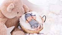 <p>Tak hanya pose tertidur, baby Abe juga melakukan pose dengan kedua tangan di belakang kepala nih, Bunda. Gemesin banget ya, Bunda! Setuju ya kalau Abe lucu dan menggemaskan seperti boneka. (Foto: instagram: @therealmomogeisha)</p>