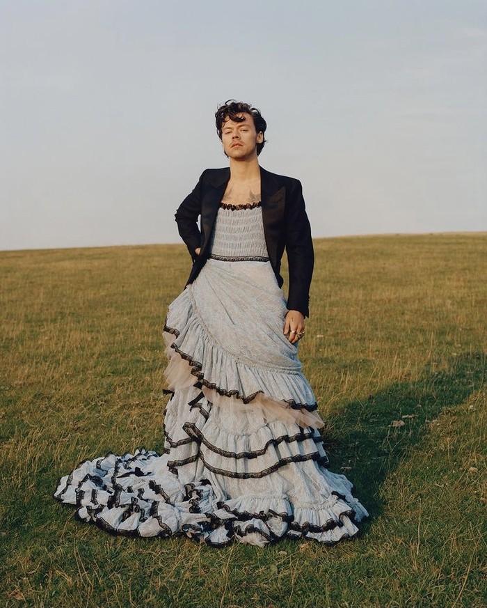 Harry Styles, penyanyi dan aktor Inggirs, dalam pemotretan majalah Vogue menggunakan gaun dan blazer. Foto: instagram.com/tylersphotos/