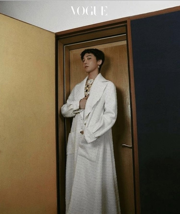 G-Dragon mengenakan outfit dan aksesori Chanel dalam pemotretan Vogue. Foto: instagram.com/xxxibgdrgn/